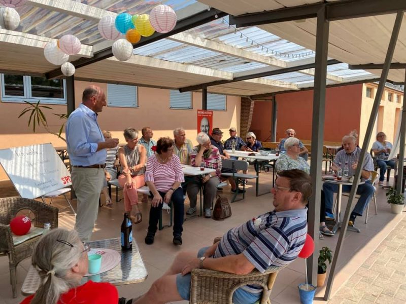 Bernd Rützel spricht mit Elsenfelder Bürgern in der Sandbar